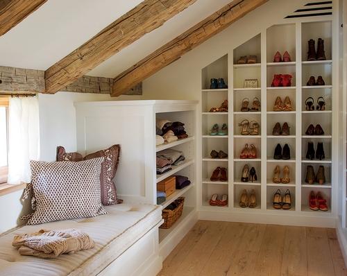 Угловая небольшая гардеробная комната