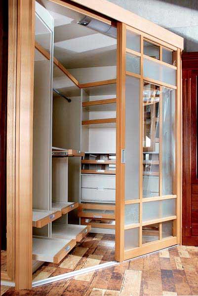Угловая практичная команат для гардероба в спальне