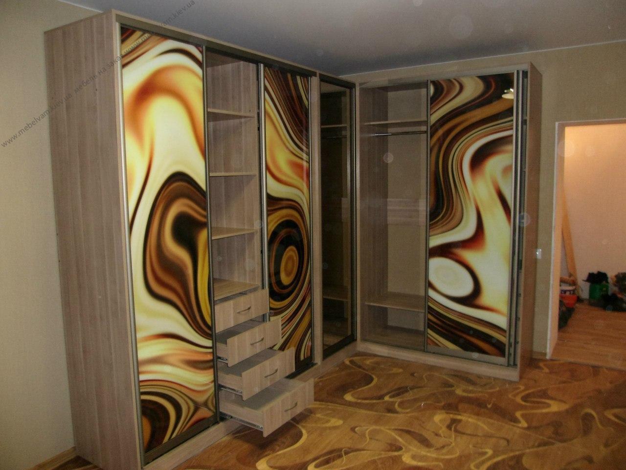 Угловой шкаф для гардеробной комнаты
