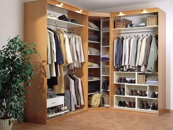 Угловой шкаф для одежды в спальне