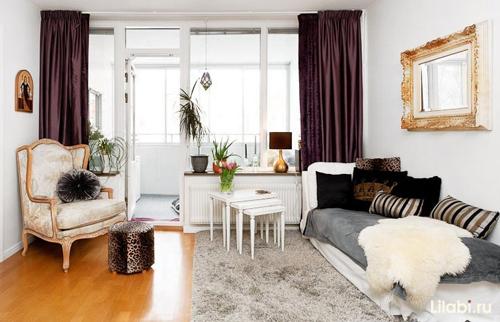 Уютная белая мебель в гостиной комнате