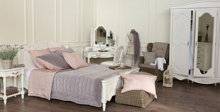 Уютная красивая мебель для спальни в стиле прованс