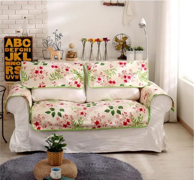 В гостиной комнате небольшой диванчик для отдыха обновлен чехлом