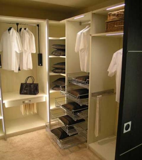 Вариант наполнения гардеробной комнаты 4 кв м