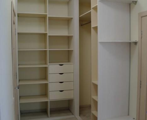 Встроенная гардеробная в спальне уголового типа