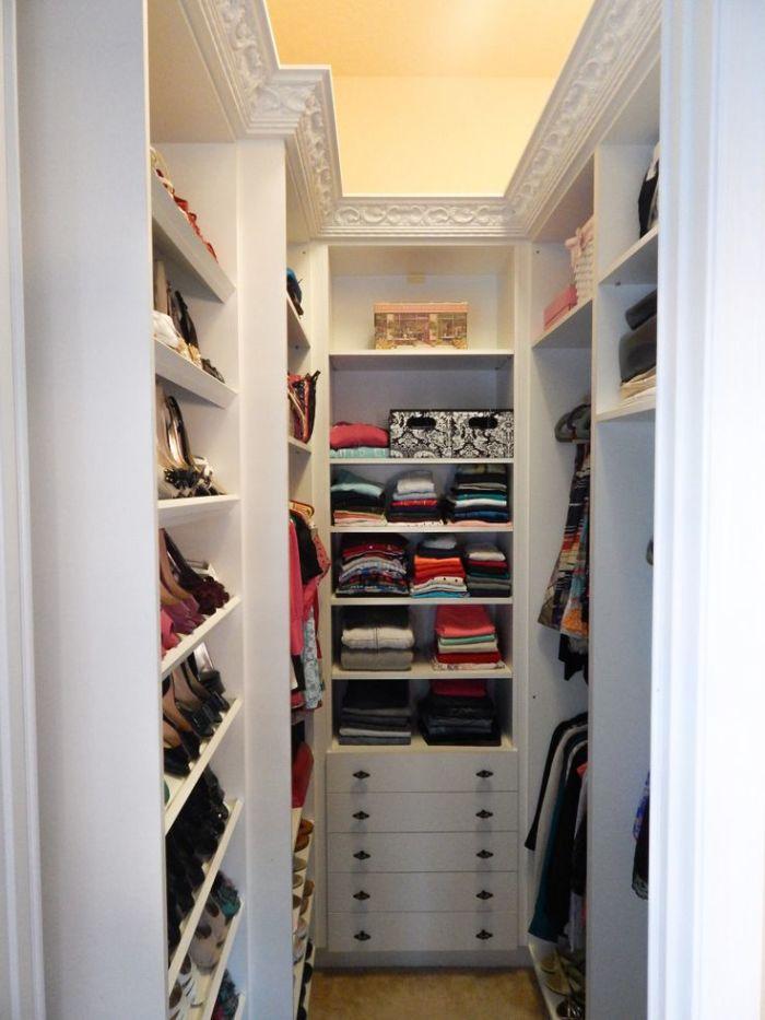 Встроенная мебель в гардеробной сохранит дополнительное пространство