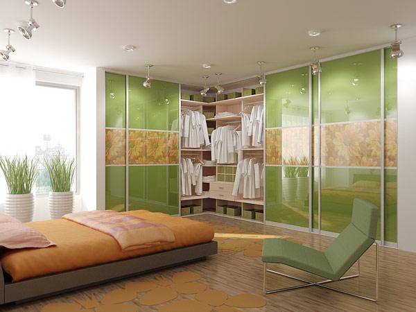 Яркий дизайн угловой гардеробной комнаты