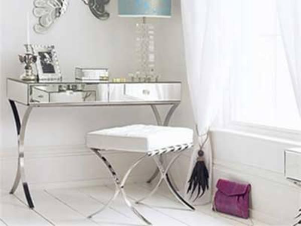 Железный столик в спальне
