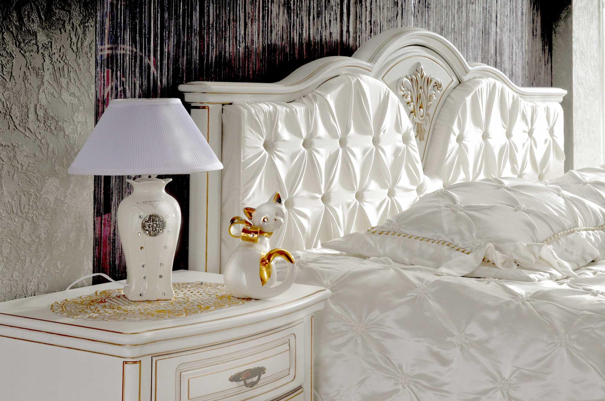 Белая кровать с тумбочкой