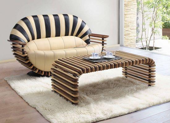 Красивый деревянный диван