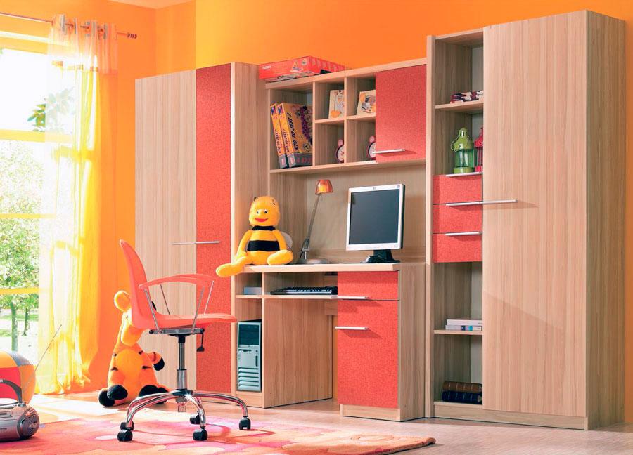 Мебель цвета клен в детской очень хорошо сочетается с яркими, теплыми цветами