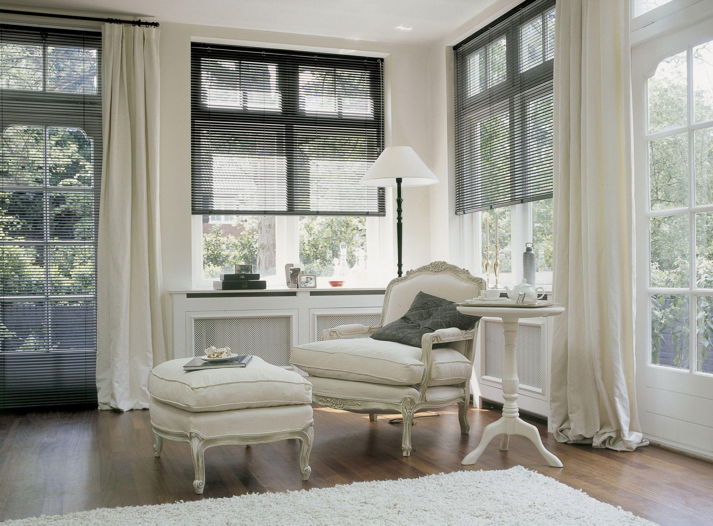 Молочные шторы под цвет мебели в столовую