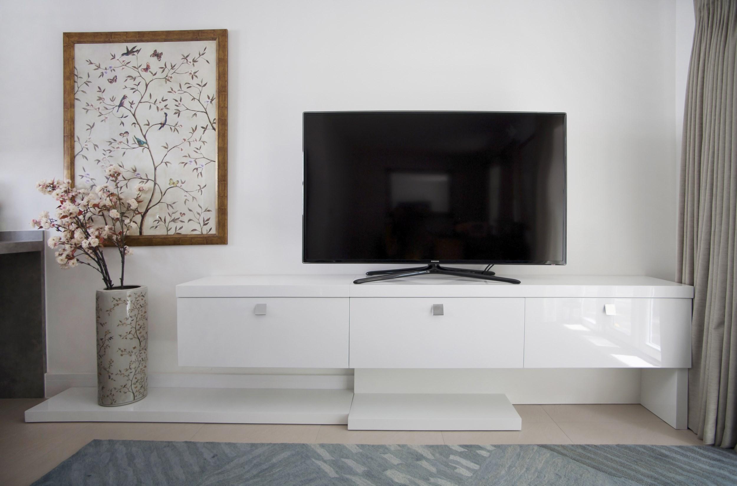 Небольшая белая ТВ тумба