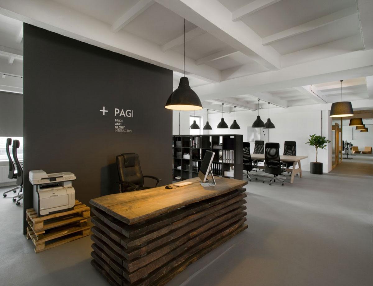 Оригинальная расстановка мебели в офисе