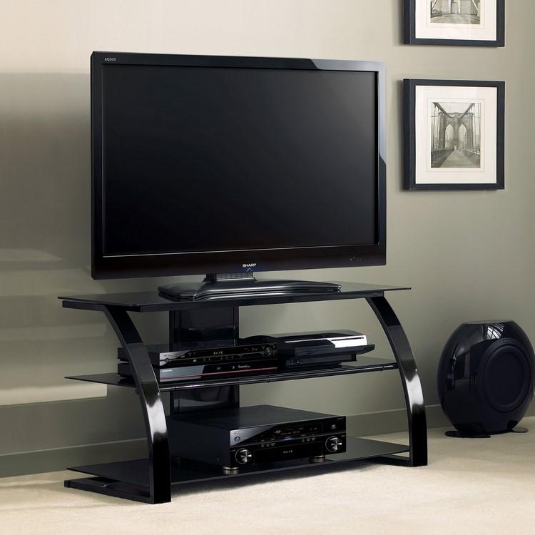 Стеклянная тумба под телевизор хорошо смотрится во многих интерьерах