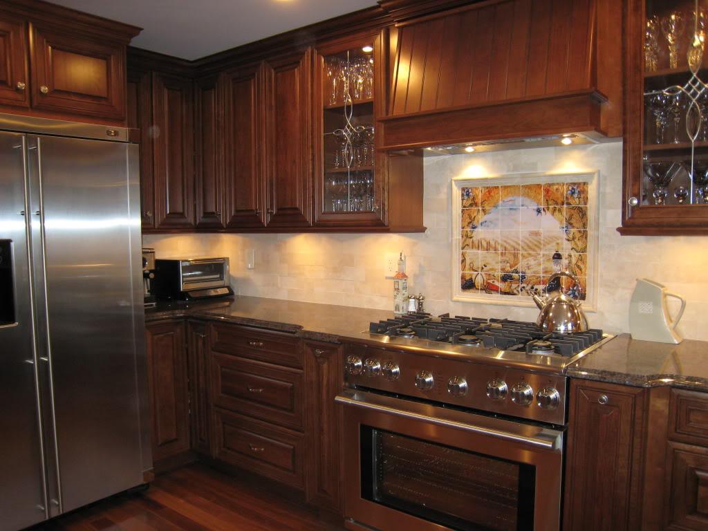 Темно-коричневые тона кухни подойдут любителям массивной мебели