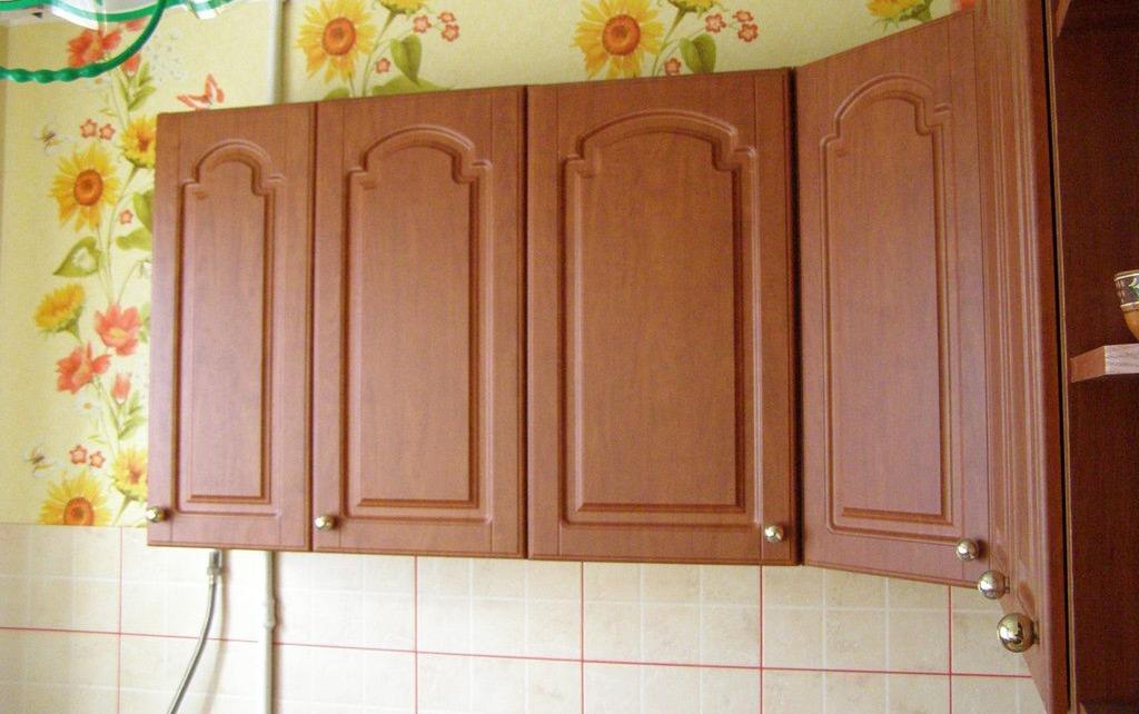 Установленные навесные кухонные шкафы в интерьере кухни