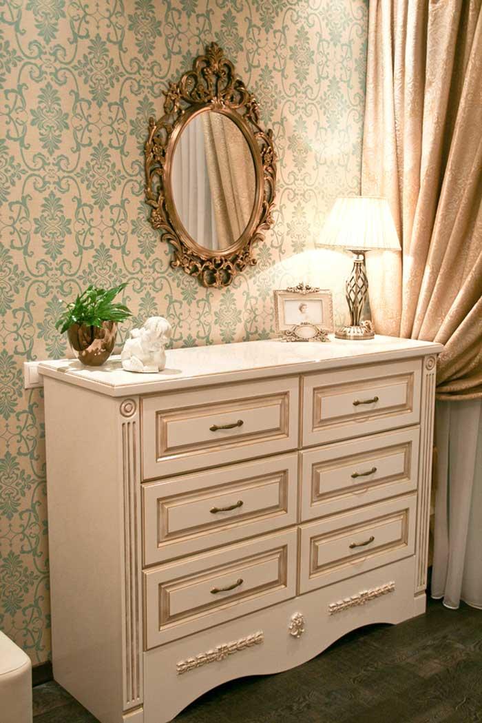 Белый комод в классической гостиной