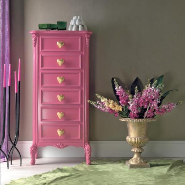 Комод в розовом цвете