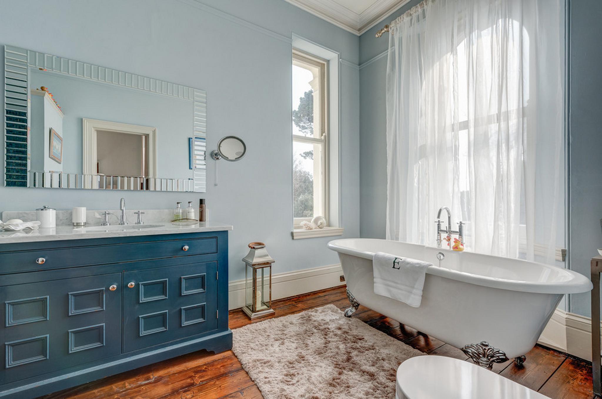 Красивая мебель в ванной в стиле прованс