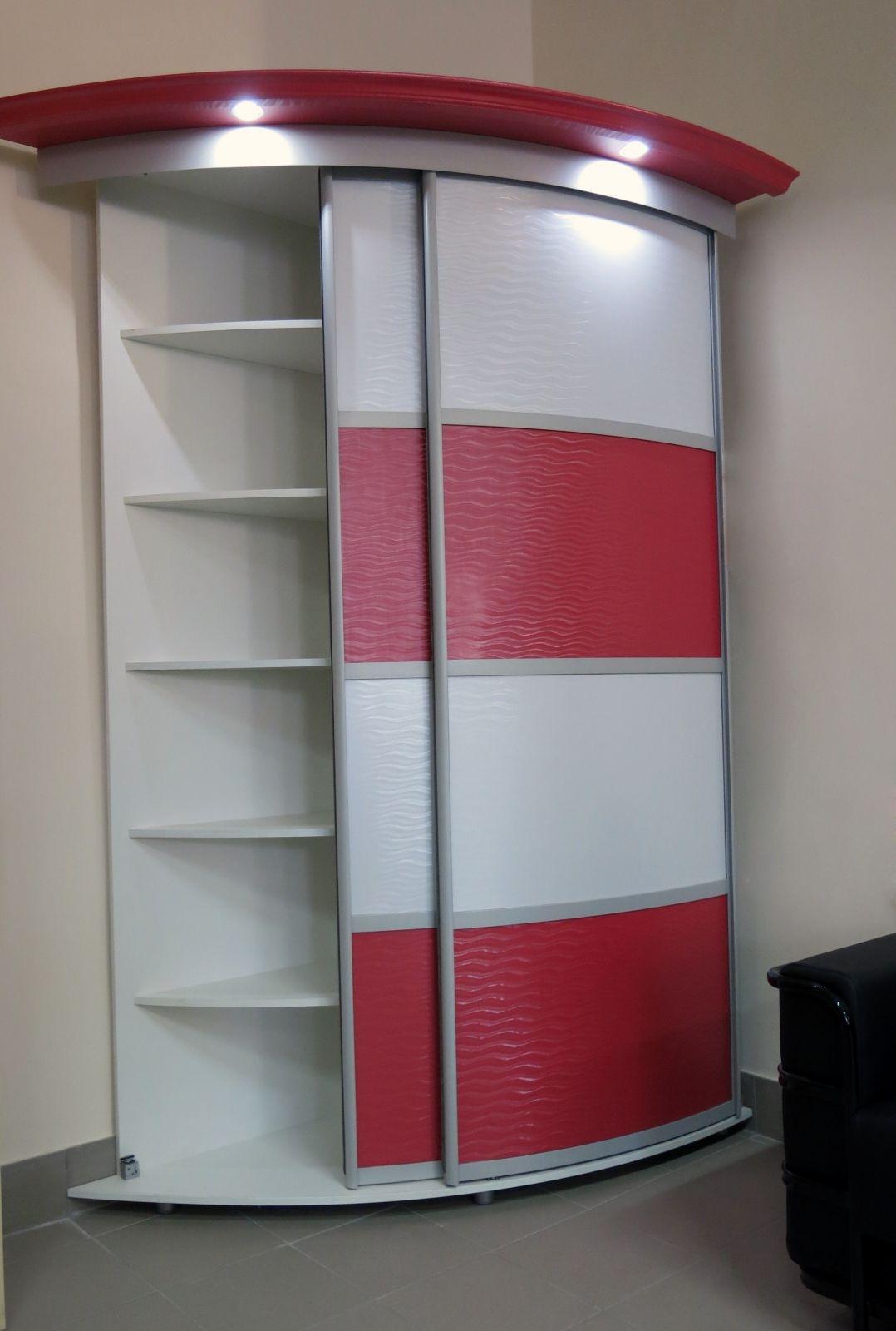 Небольшой угловой шкаф