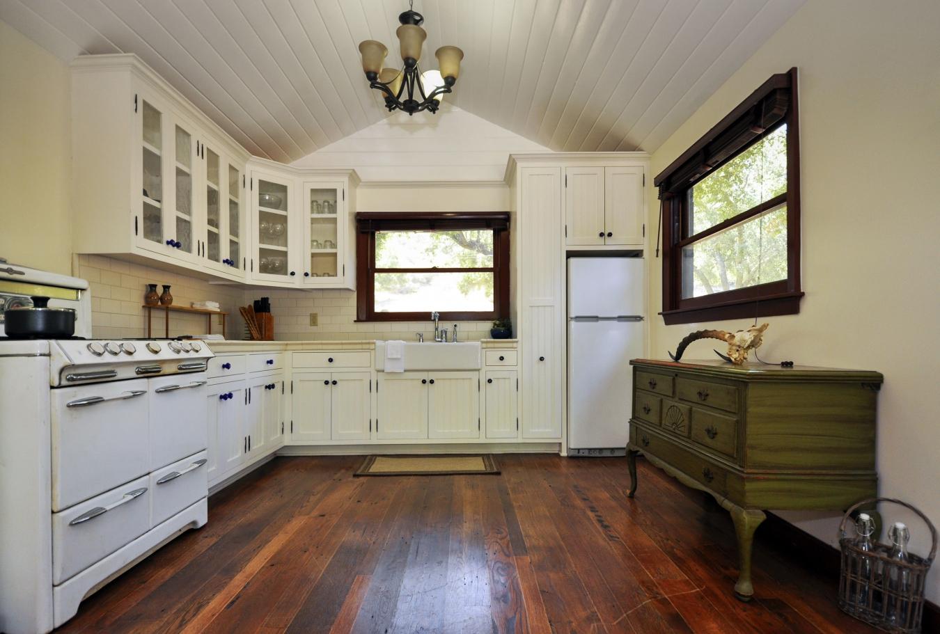 Оливковый комод в белой кухне