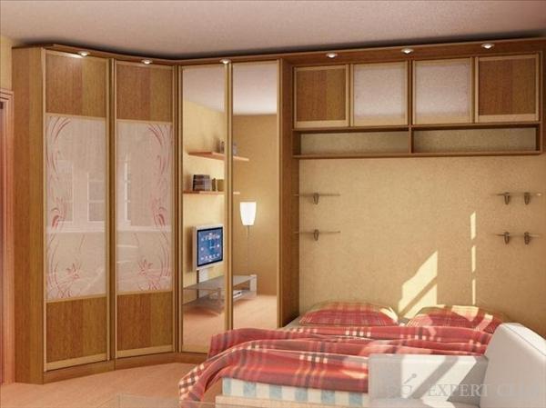 Пример корпусной мебели с использование всего пространства спальни