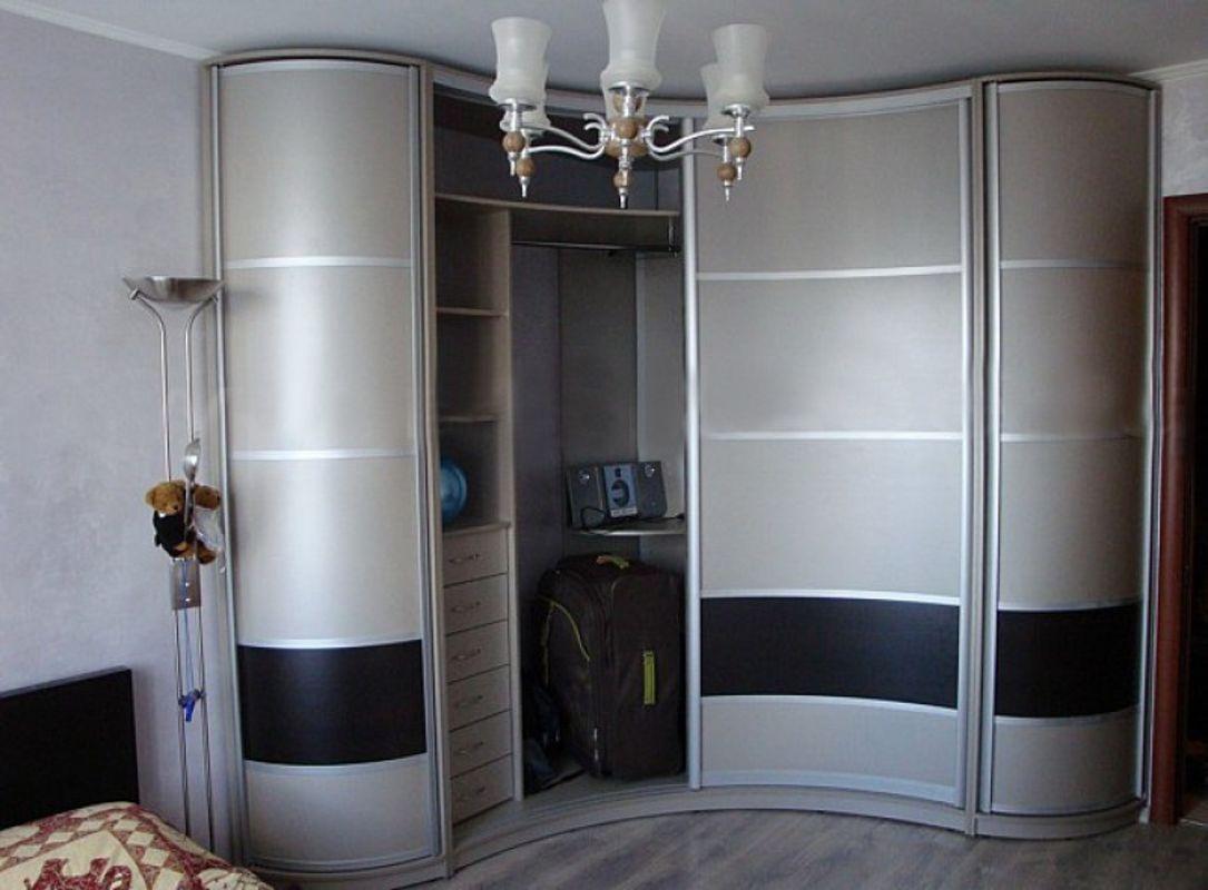 Радиусные шкафы в гостиную как оригинальный элемент интерьер.