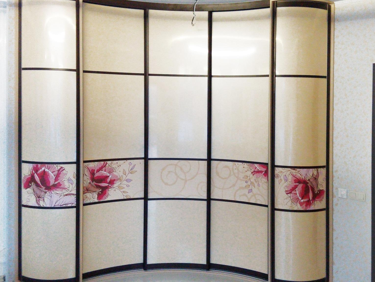 Радиусный шкаф-купе сам по себе является арт-объектом