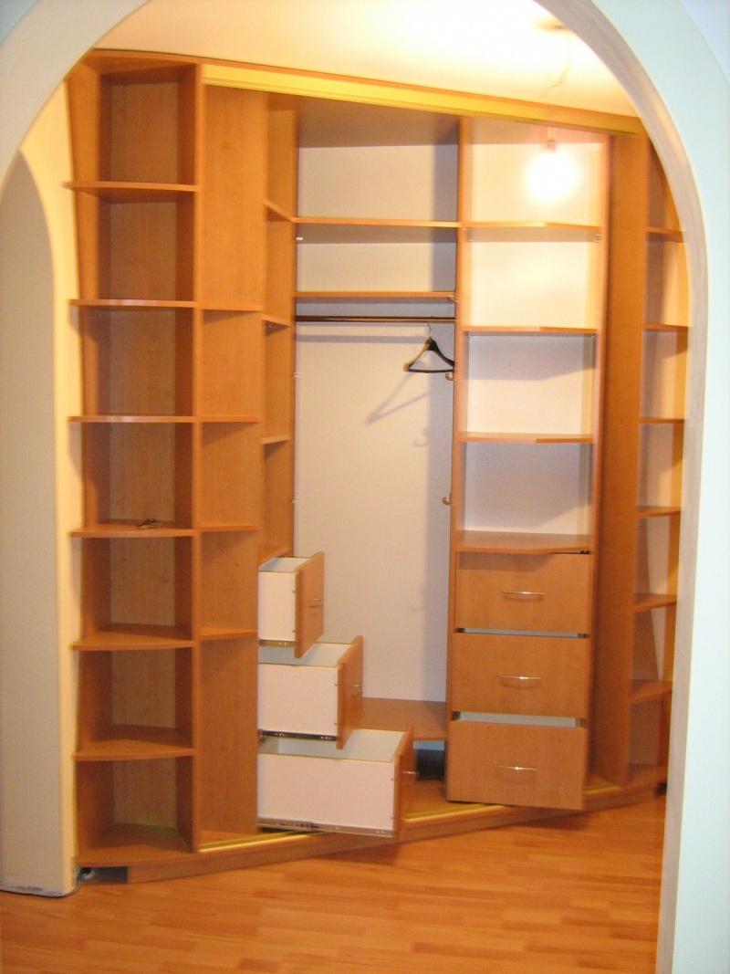 Угловой шкаф купе с открытыми полками и вешалками