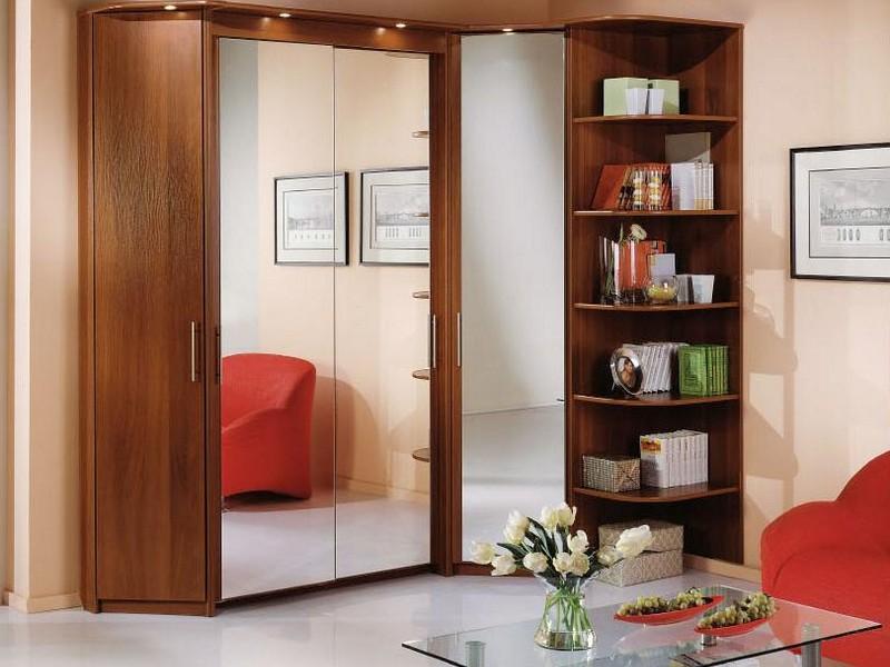 Угловой шкаф в интерьере гостиной