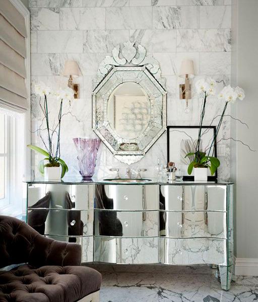 Зеркальный комод – это хорошее решение для обладателей небольших квартир