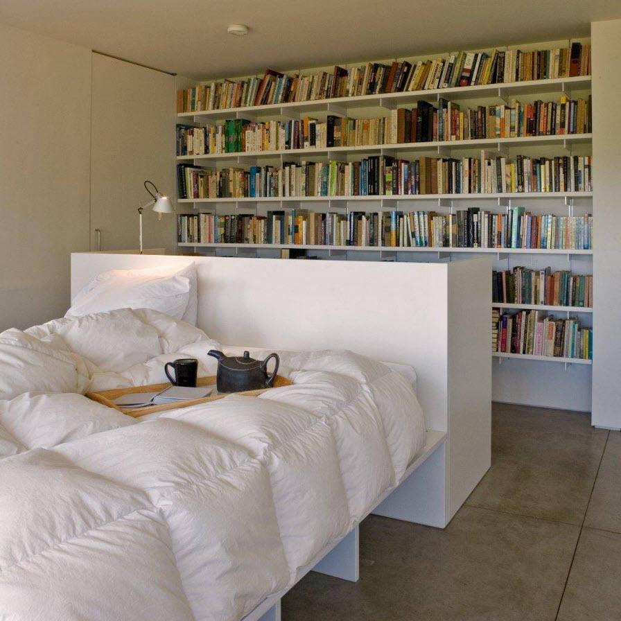Белые книжные полки в спальне