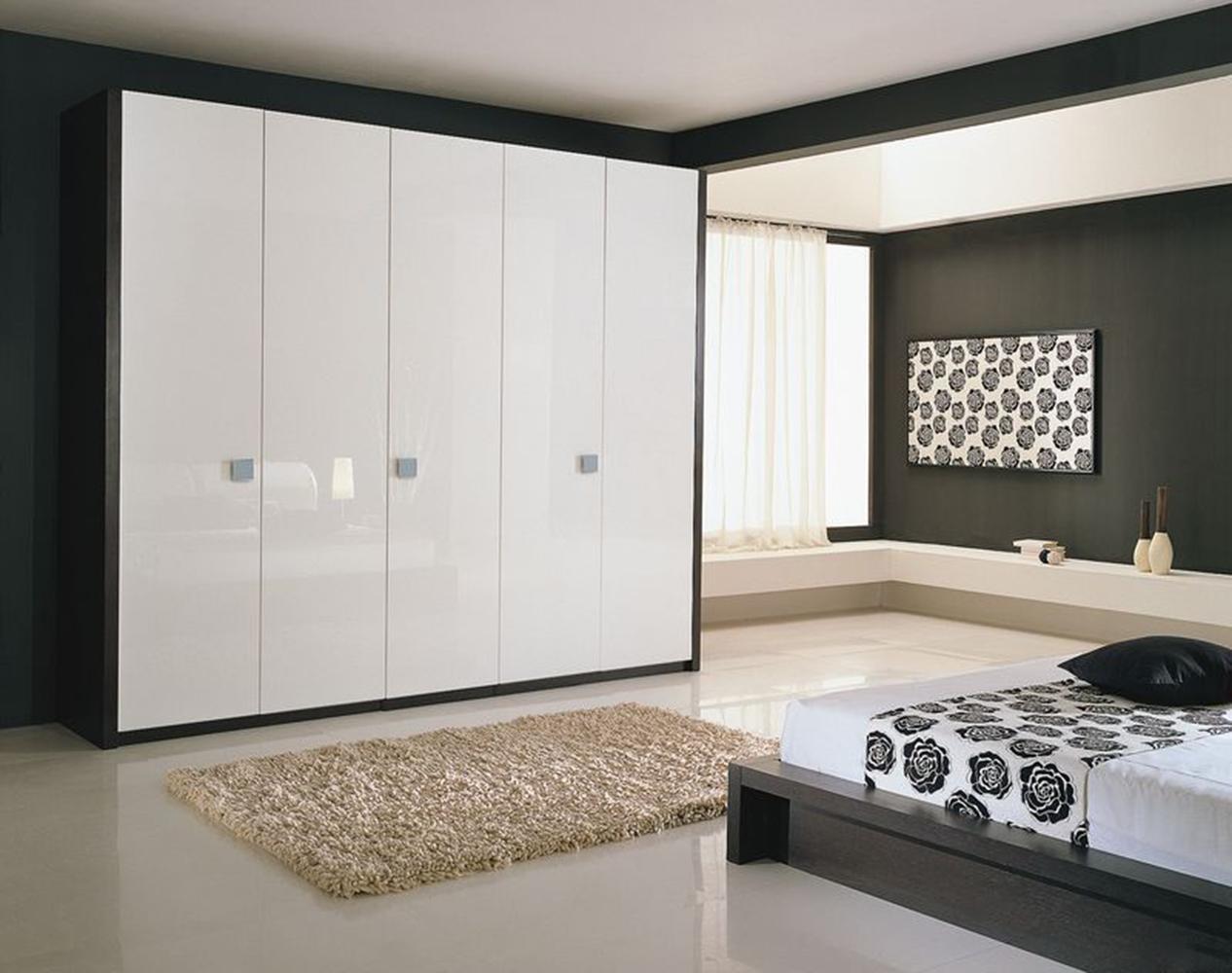 Белые шкафы купе в интерьере спальни