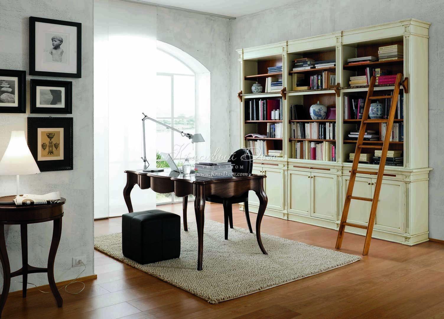 Белый книжный шкаф, украшенный пилястрами
