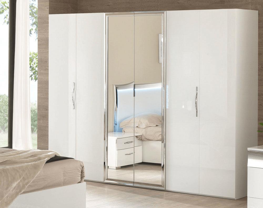 Белый распашной шкаф с зеркалом в спальню