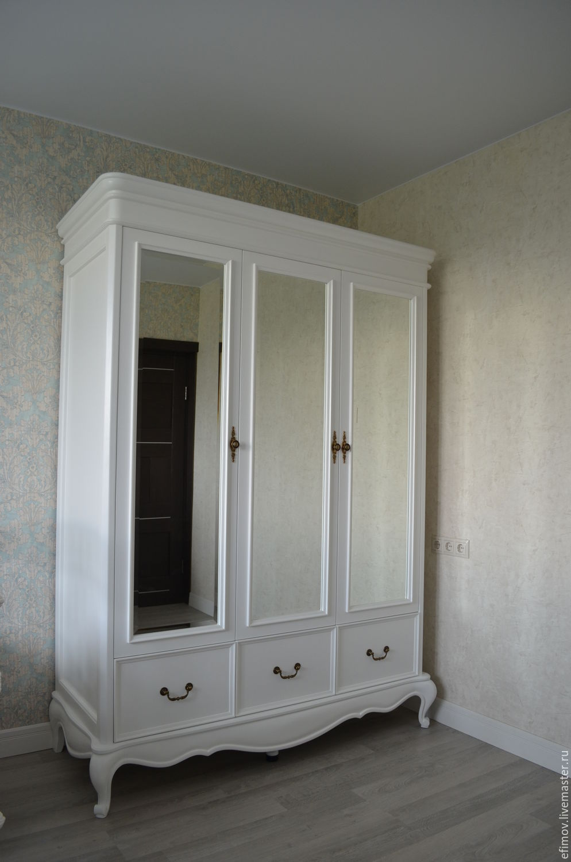 Белый шкаф на ножках