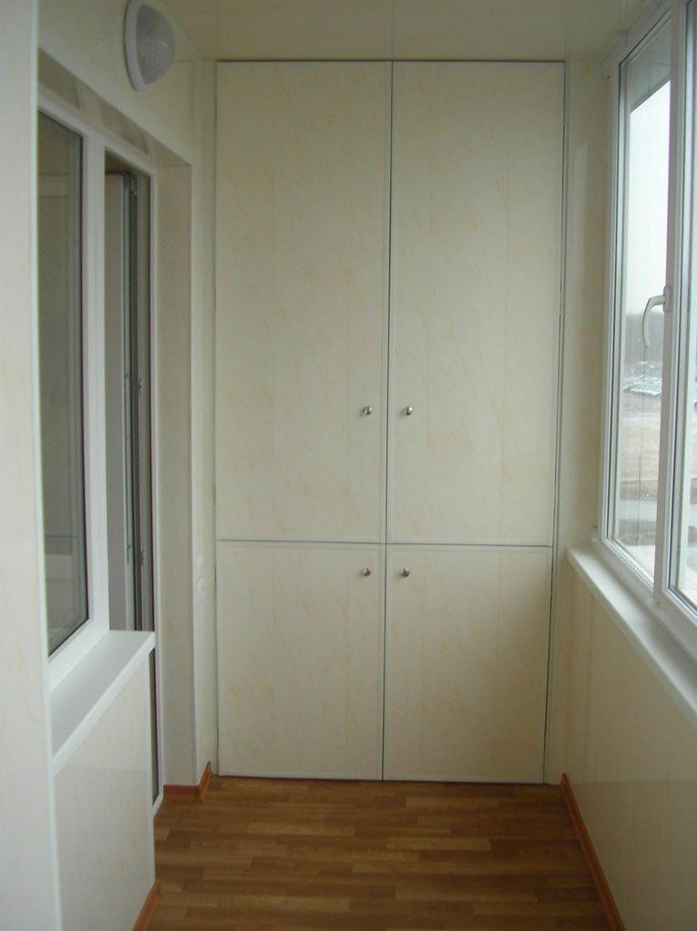 Белый шкафчик на балконе