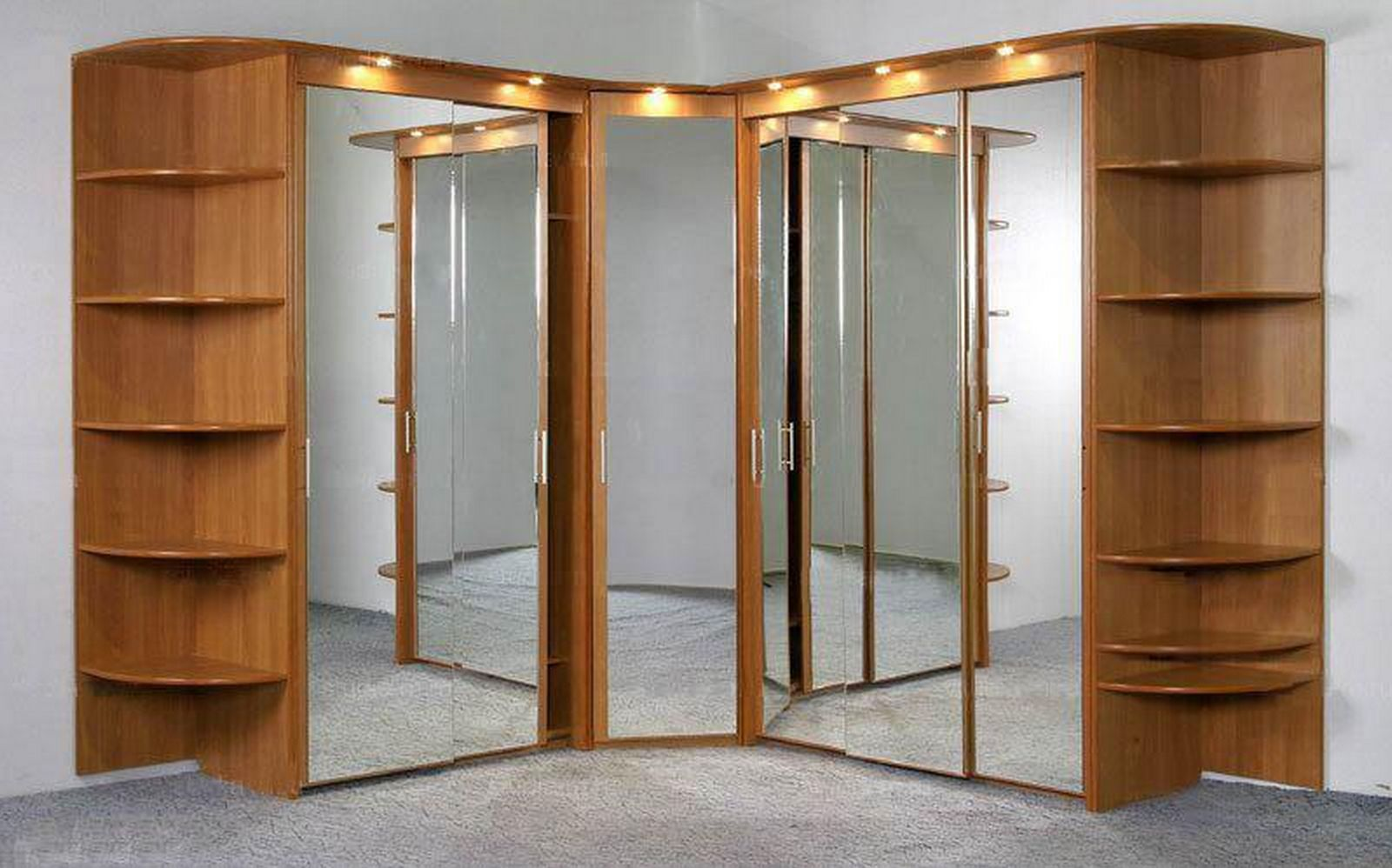 Большой зеркальный шкаф