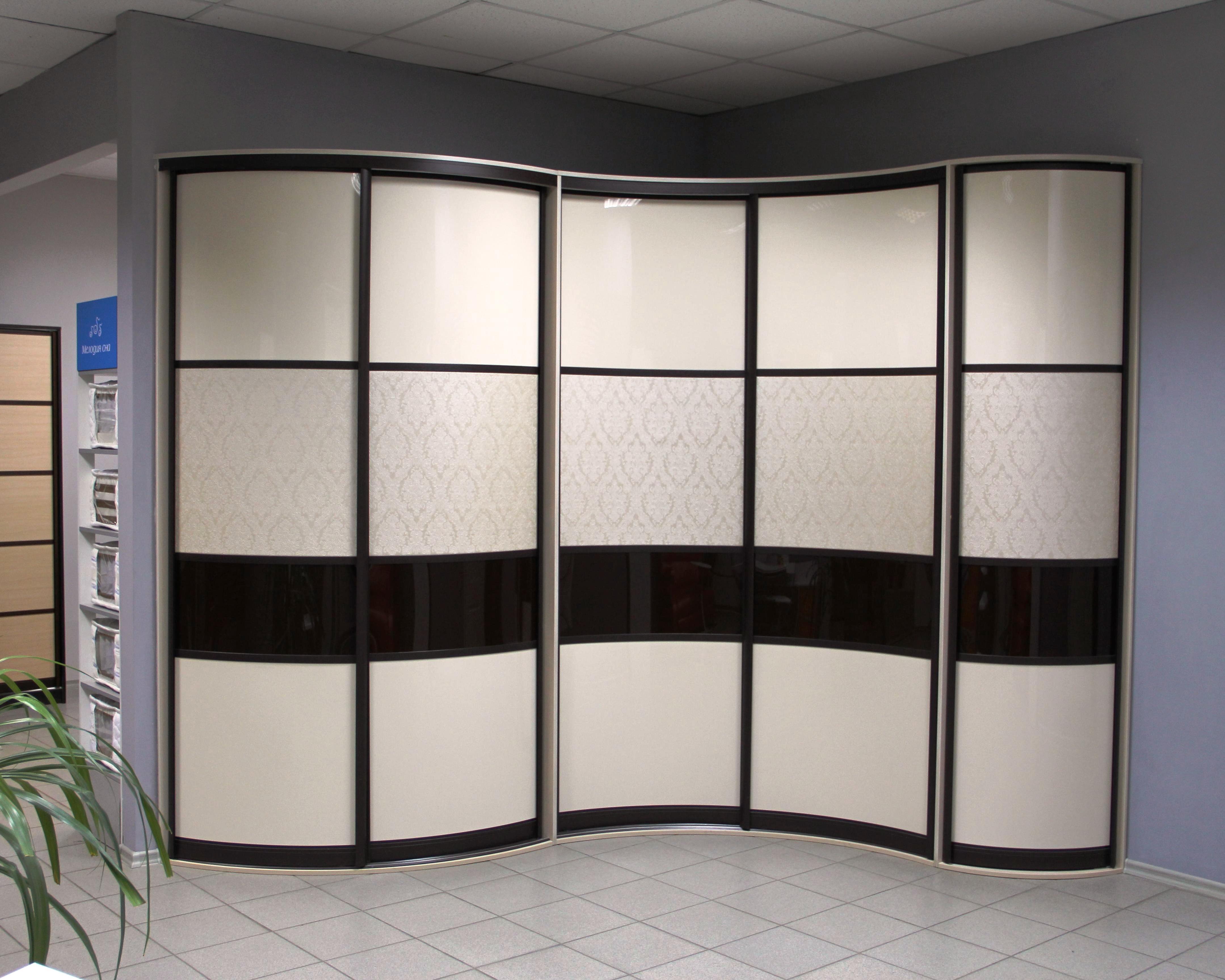 Черно-белый шкаф