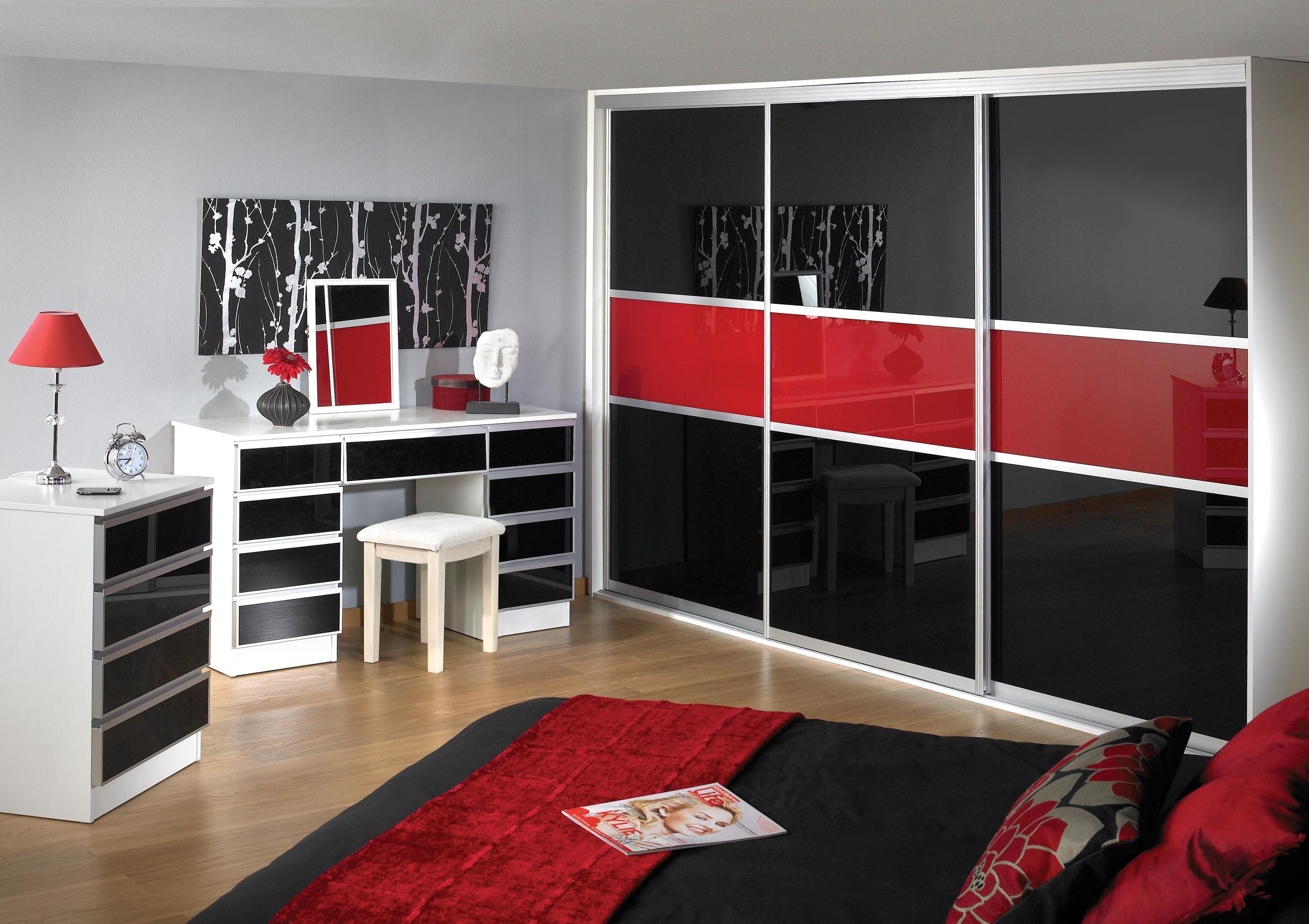 Черно-красный шкаф