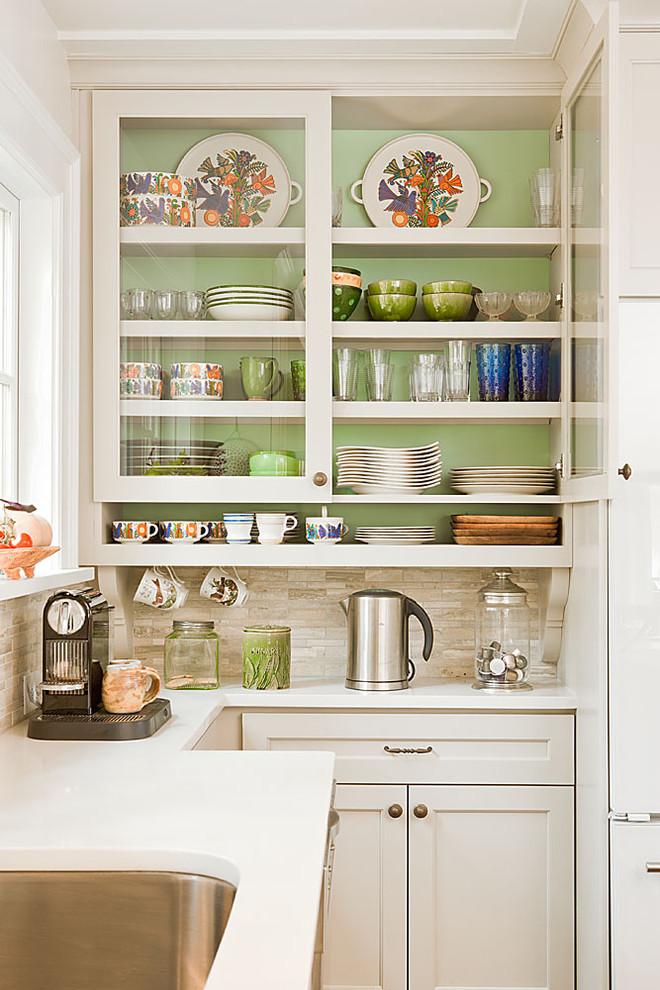 Что ставят в прозрачные полки на кухонном гарнитуре