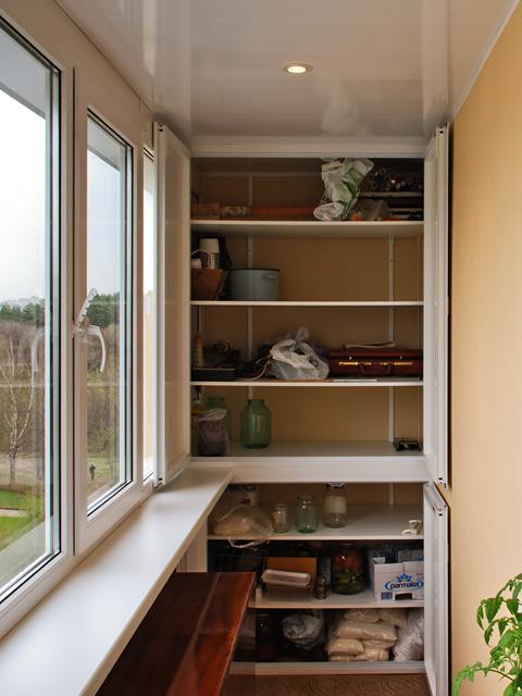 Хранение вещей в шкафу на балконе