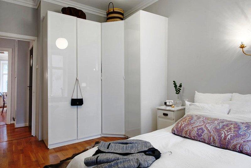 Конструкция встроенных угловых шкафов в спальне может быть любой