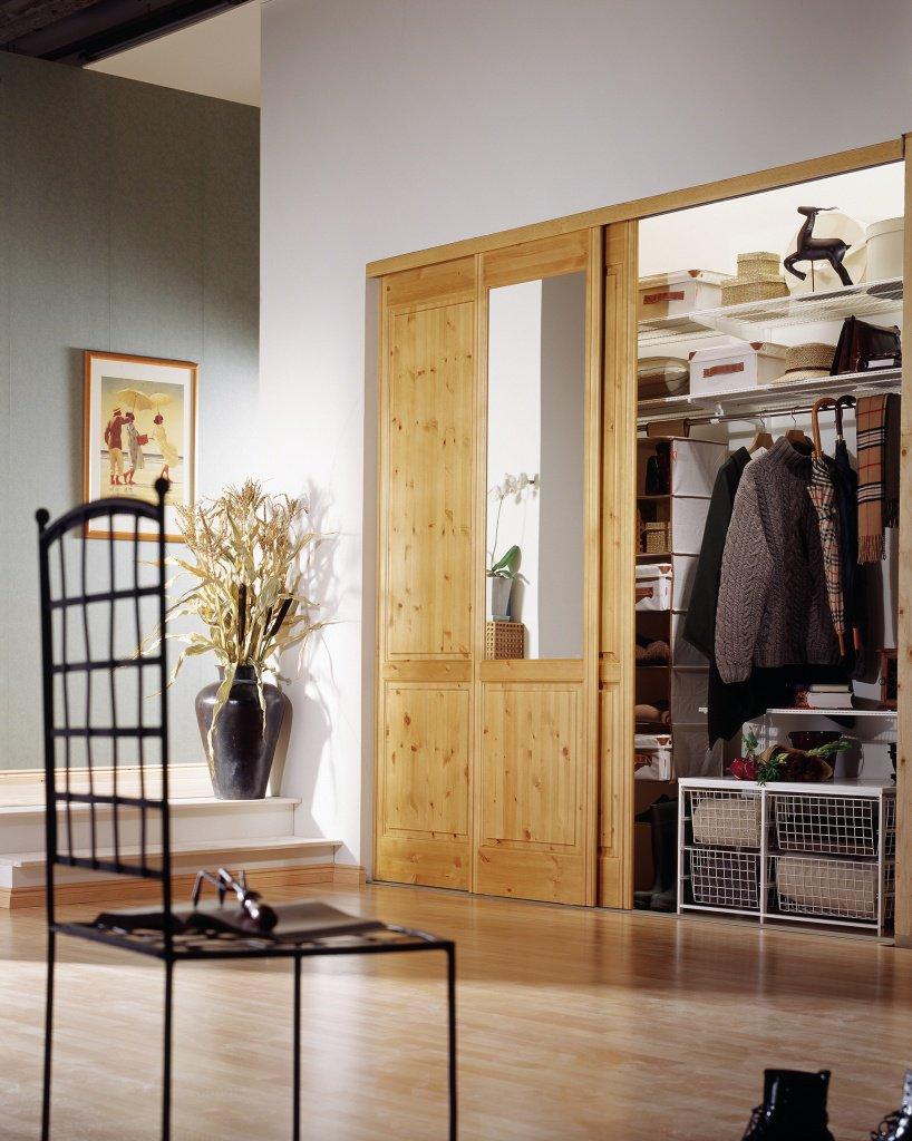 Красивый деревянный встроенный шкаф купе