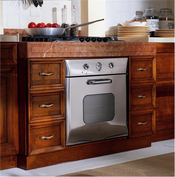 Кухонный гарнитур со встроенной в него духовой печью