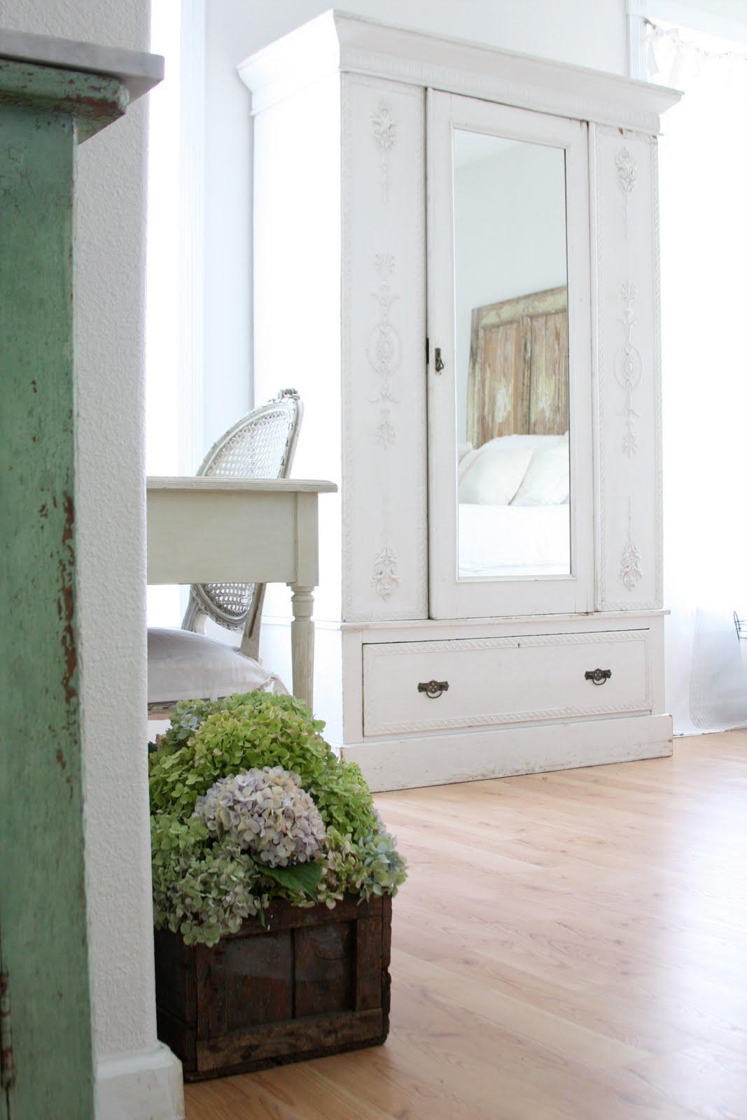 Небольшой платяной шкаф в стиле прованс подчеркнет нежность и легкость вашей спальни