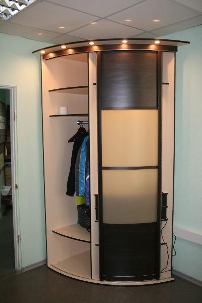 Небольшой радиусный шкаф
