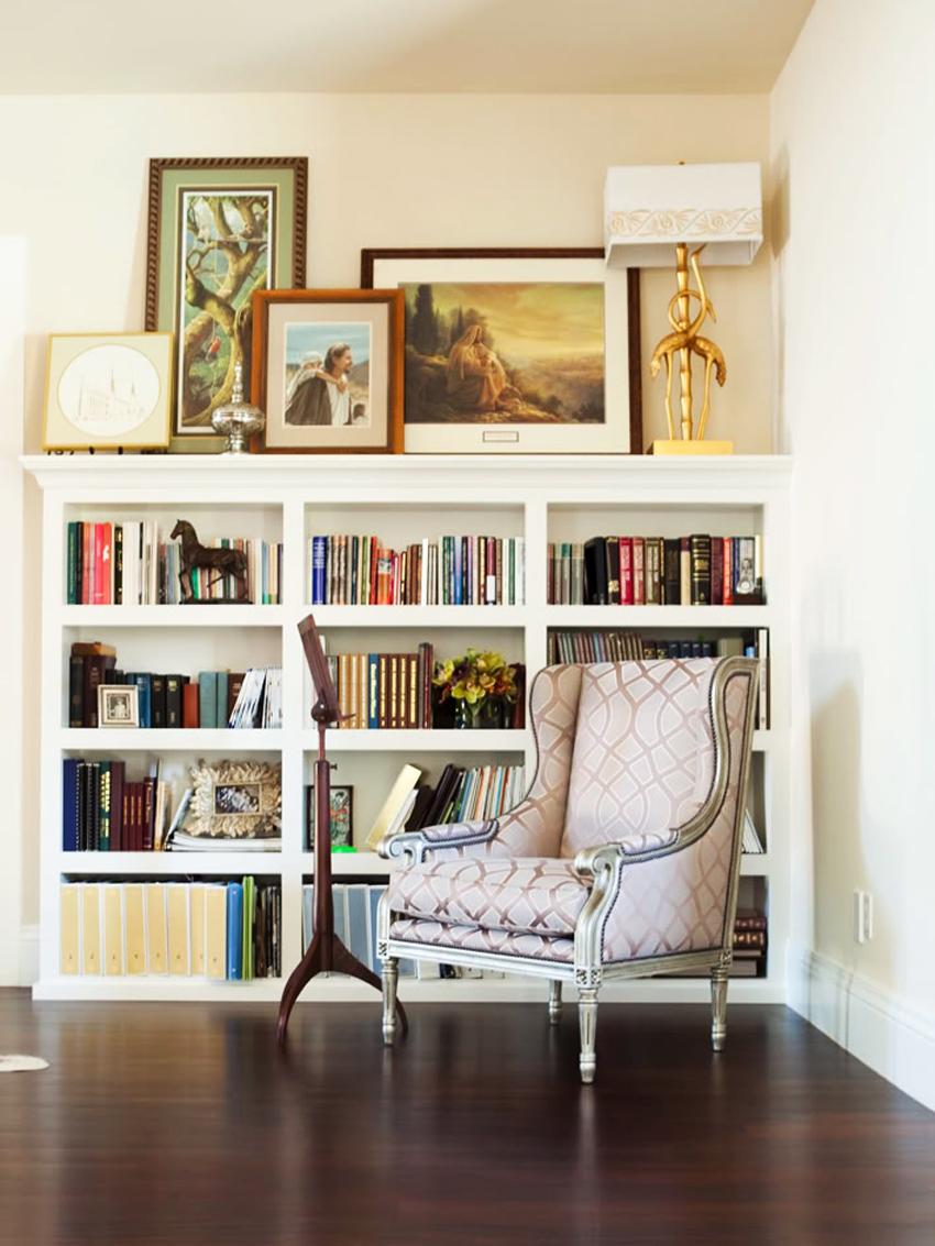 Низкий книжный шкаф