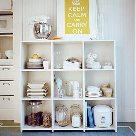 Открытые кухонные полки в дизайне кухни